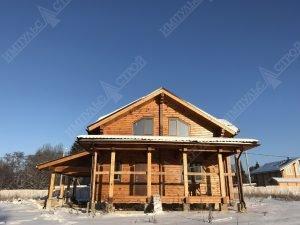фасадная часть дома из дерева с гаражом