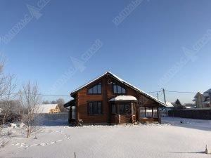 дома сделан из оцилиндрованного бревна